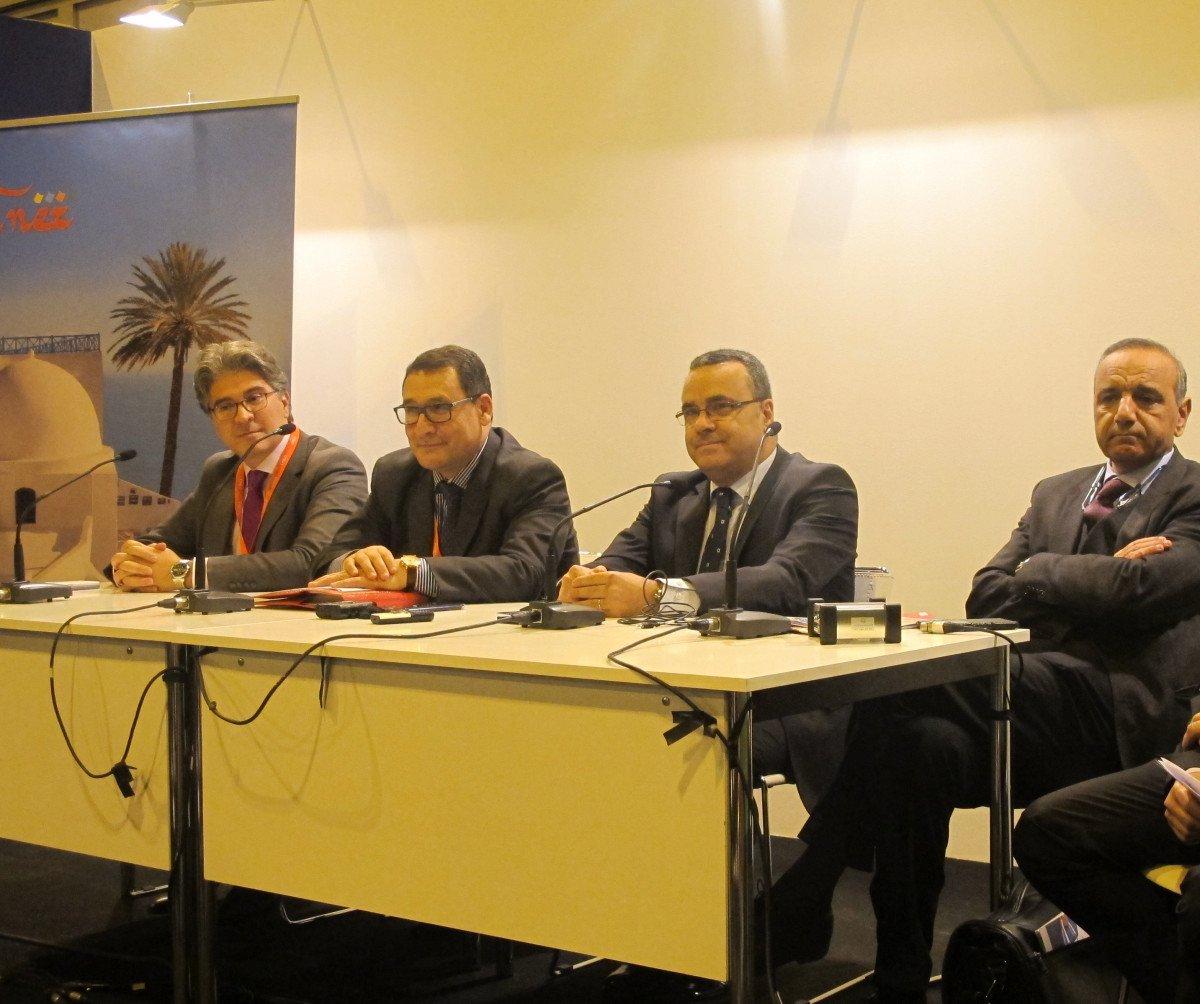 El director general de la Oficina Nacional de Turismo de Túnez, Abdellatif Hamam -segundo por la izquierda, afronta 2016 con optimismo.