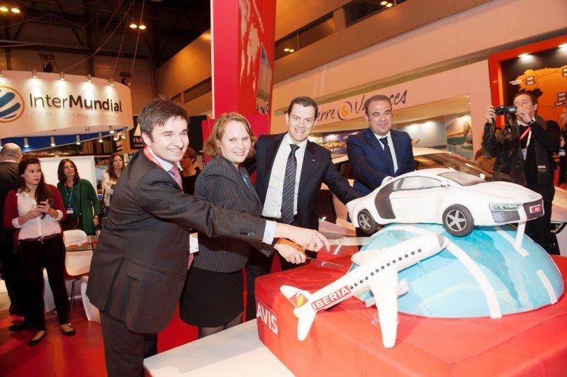 De Izq. a Da., Marco Sansavini (Iberia), Paolo Prinari (Audi) y Gabriel Escarrer (Meliá Hotels) ayudan a Valerie Chenivesse, CEO de Avis Budget Group para España y Portugal, a cortar la enorme tarta.