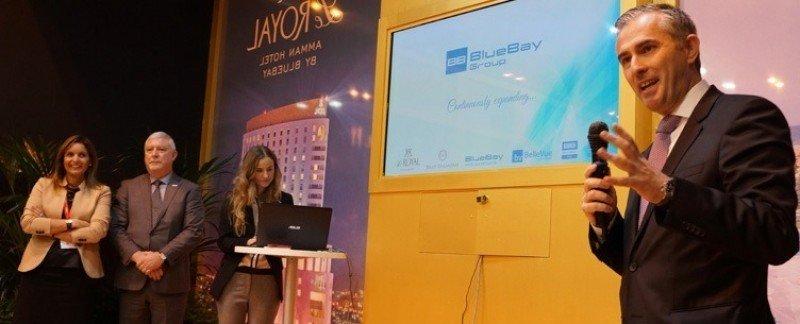 El director general del Grupo BlueBay, Ramón Hernández (dcha.), estuvo acompañado de su equipo y de la director de Marketing de Le Royal, Joyce Mouawad (izqu.).