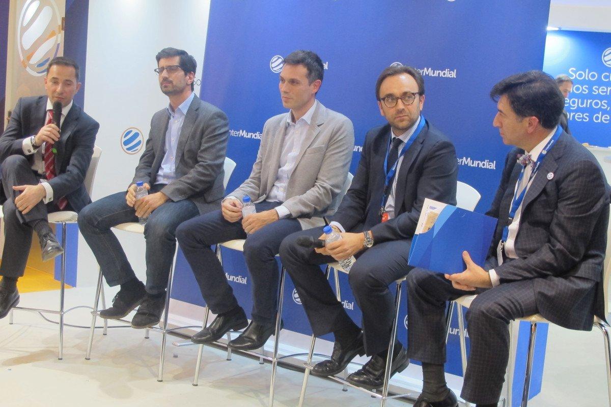 El stand de Grupo InterMundial en FITUR acogió la mesa redonda. De izquierda a derecha: José Rivera, José Ignacio Albadalejo, Rául Álvarez, Juan Campins Crespi y Manuel López.