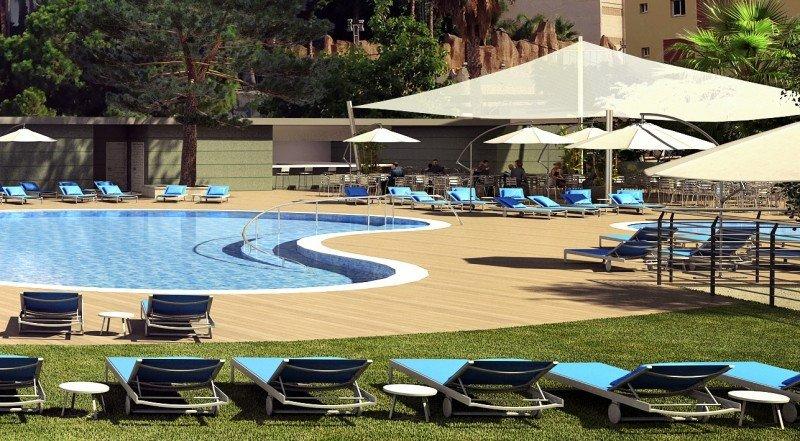 El hotel Port Benidorm estrena nueva piscina exterior con forma de riñón, además de duplicar el espacio del solarium con más hamacas y sombrillas.