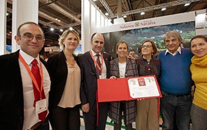 La presidenta de Navarra, con la distinción. Le acompañan, a su izquierda, la presidenta de Fitur, Ana Larrañaga; y a su derecha, el vicepresidente Ayerdi.