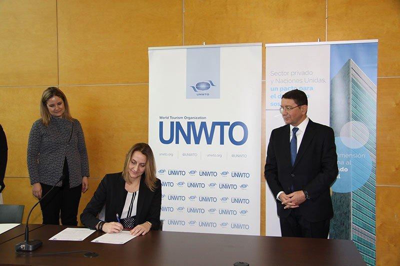 Catalina Alemany, directora de Responsabilidad Social Corporativa de Riu, firma el Código Ético Mundial para el Turismo en presencia de Taleb Rifai.