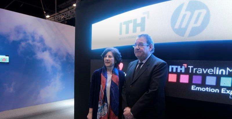Helena Herrero, presidenta y directora general de HP Inc. Iberia, y Joan Molas, presidente de ITH, tras la firma del acuerdo.