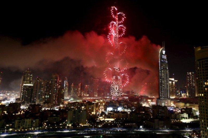 El humo del incendio se confundió con el del show de fuegos artificiales para recibir el Año Nuevo.