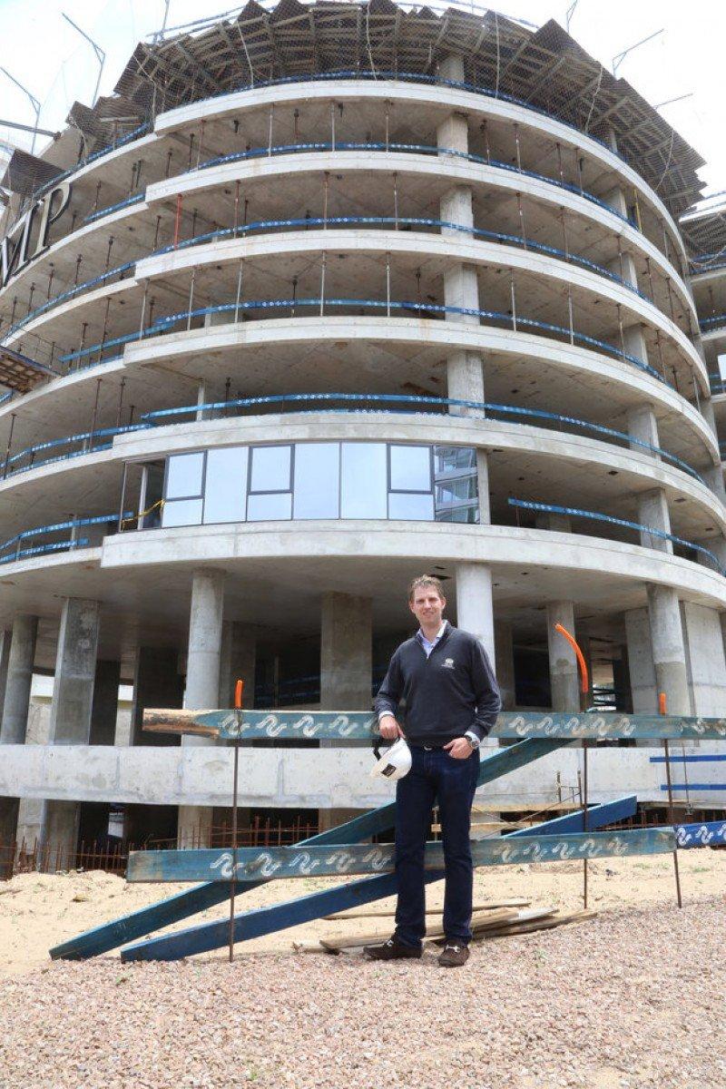 Eric Trump visitó la torre en construcción en la rambla de la Playa Brava de Punta del Este.