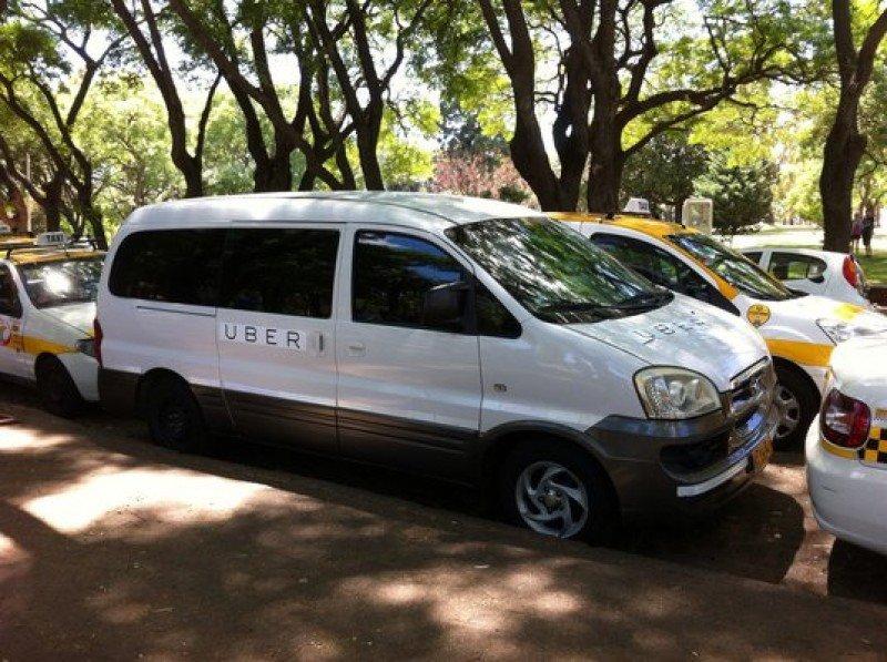 Taxistas rodean la camioneta de Uber. Foto: Montevideo Portal