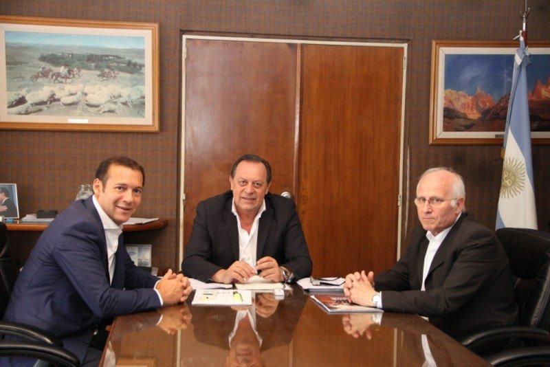 De izq a der: Omar Gutiérrez (gobernador Neuquén), Gustavo Santos (Ministro de Turismo de la Nación), José Brillo (Ministro de Producción y Turismo de Neuquén).