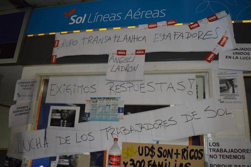 Trabajadores de SOL empapelaron el escritorio de la empresa en Aeroparque.