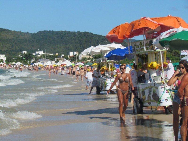 Las playas de Florianópolis están colmadas de argentinos y uruguayos.