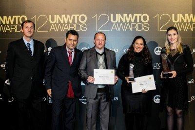 Delegación brasileña recibiendo su premio en Madrid.