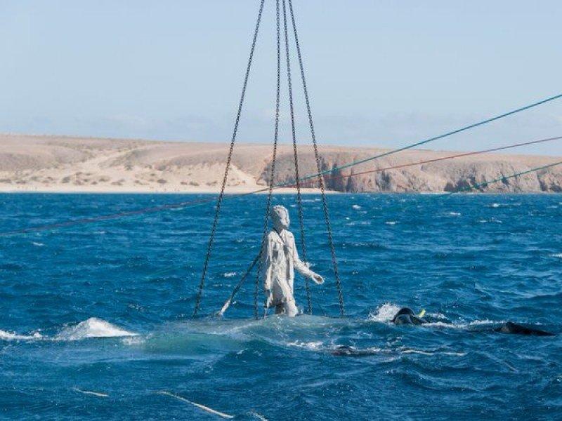 Inmersión de la primera estatua del Museo Atlántico de Lanzarote.