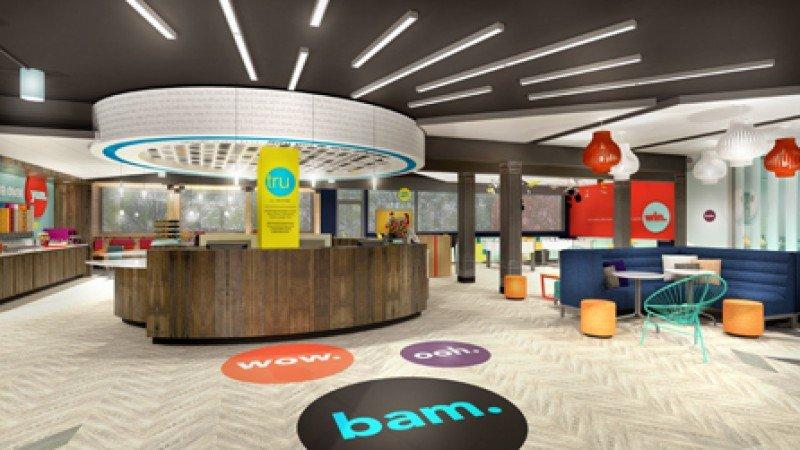 La recepción se convierte en el centro de mandos en medio del lobby, con un muro en el que se reflejan todos los comentarios de los clientes en las redes sociales.