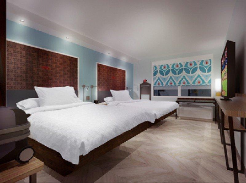 Las habitaciones disponen de cómodos colchones, televisión de 55 pulgadas, amplios ventanales, enchufes por todas partes y baños espaciosos.