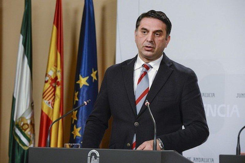El consejero de Turismo y Deportes, Francisco Javier Fernández Hernández, en la presentación del nuevo decreto regulador del alquiler vacacional.
