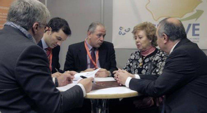 Miembros de la directiva de FETAVE durante la firma de un convenio de formación en Fitur 2016.