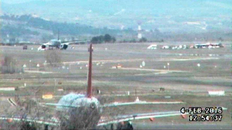 Vuelve la normalidad absoluta al Aeropuerto de Madrid-Barajas. En segundo plano, en el cuadrado superior derecho de la imagen, se observa el avión de Saudia (foto: diario Navarra).