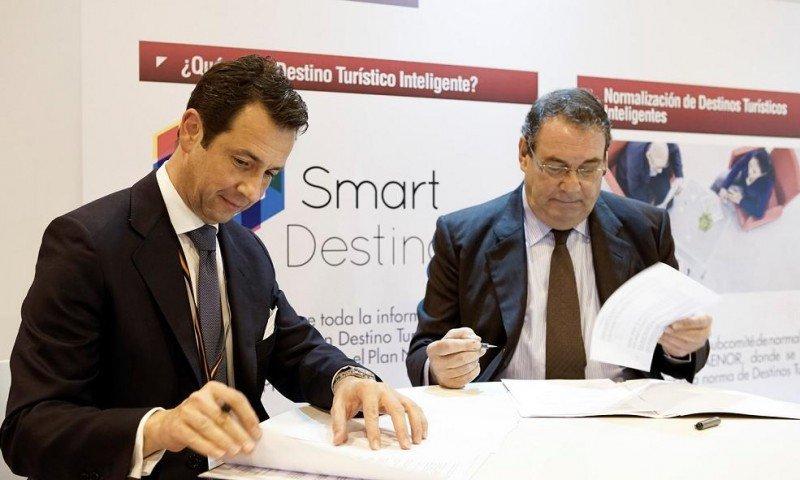 El presidente de Segittur, Antonio López de Ávila, y el del ITH, Joan Molas, en el momento de la firma del acuerdo.