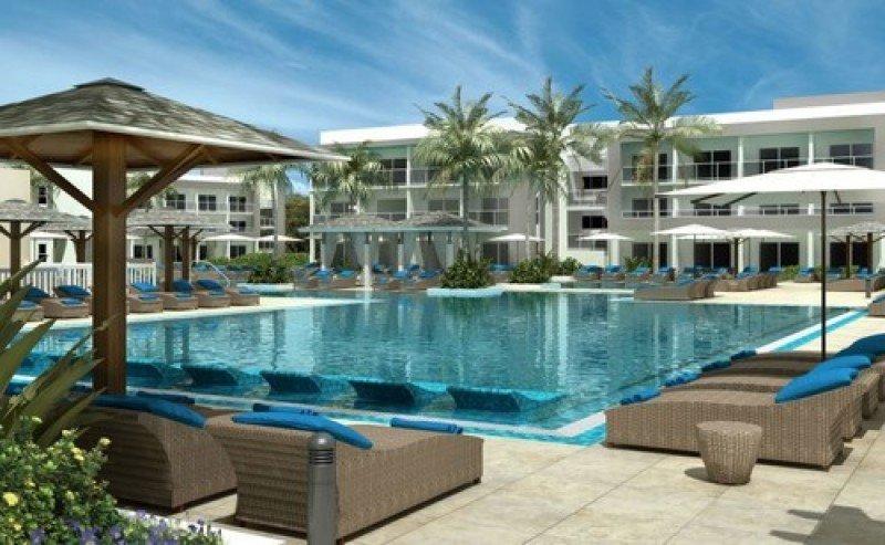 Las amplias piscinas dominan las zonas exteriores del Ocean Casa del Mar.