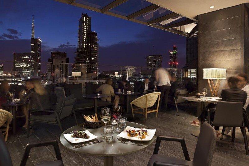 El ME Milán il Duca dispone de una exclusiva terraza en la azotea, distintiva de la marca.