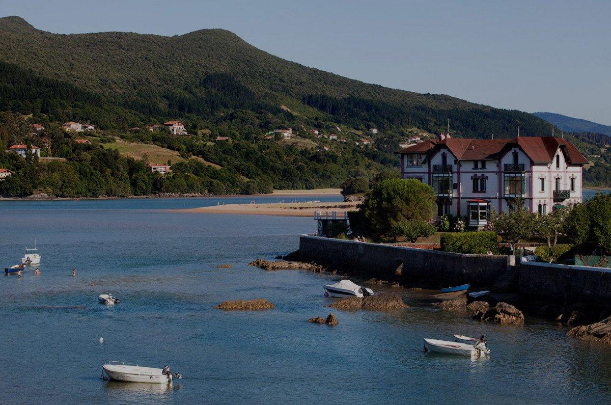 El histórico saldo turístico negativo del País Vasco se ha venido reduciendo por el dinamismo del turismo receptor.