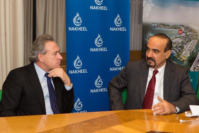 Luis Riu (izq.) conversa con Ali Rashid Lootah en su visita a Palma de Mallorca ayer para firmar la joint venture entre ambas compañías.