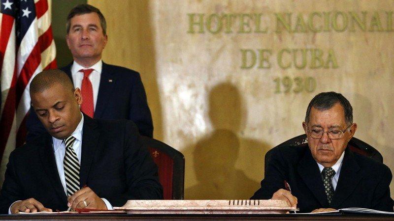 El secretario estadounidense de Transporte, Anthony R. Foxx (Izq.) y el ministro cubano de Transporte, Adel Yzquierdo (Da.), han firmado el acuerdo este martes, 16 de febrero, en La Habana (Foto: EFE/Alejandro Ernesto).