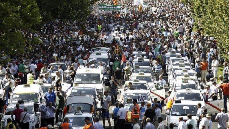 Paro nacional de taxistas contra la desregulación planteada por Competencia