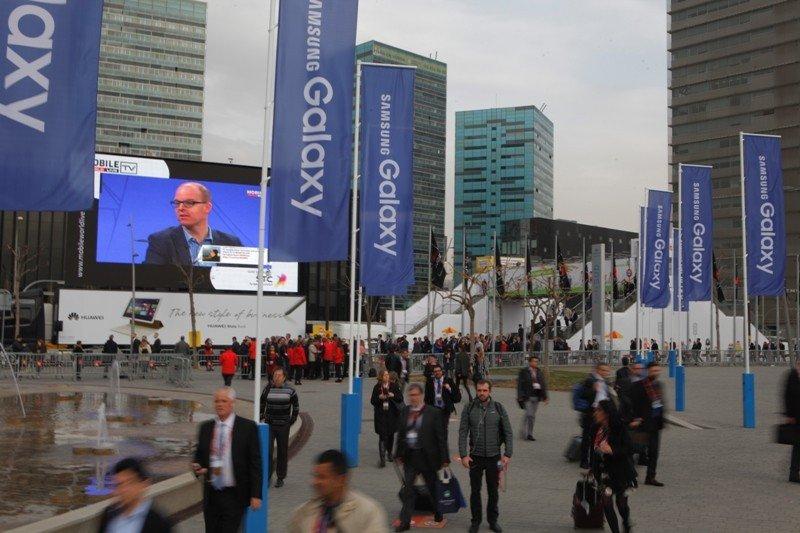 Llegada de asistentes al congreso mundial de telefonía móvil.