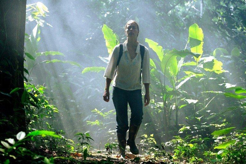 Una excursionista por la selva amazónica de Colombia.