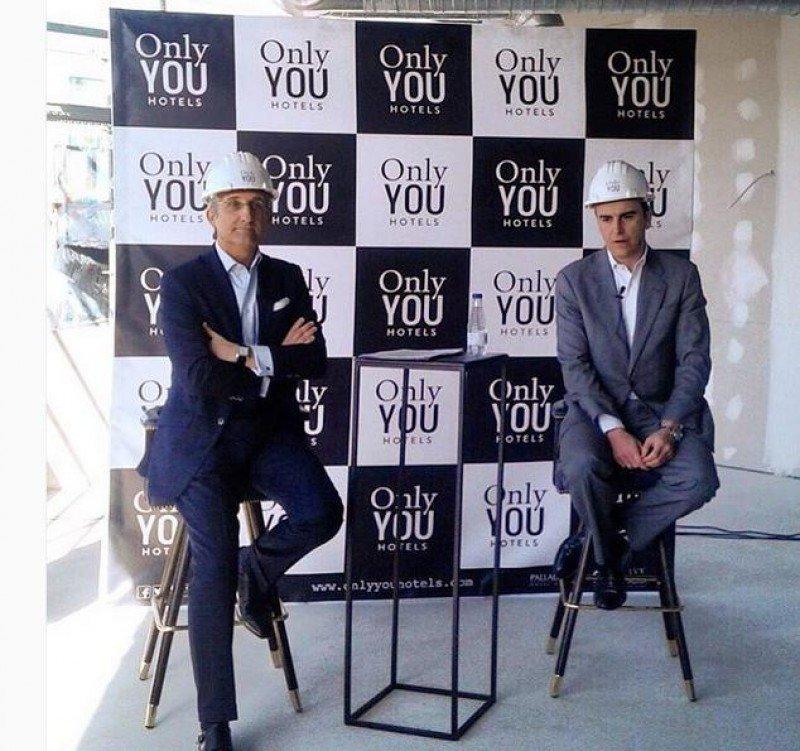 De izq. a dcha, Juan Serra y Abel Matutes en la presentación del futuro Only YOU Atocha, aún en obras (de ahí los cascos).