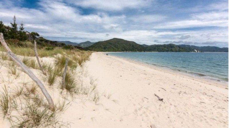 Imagen de la playa Awaroa que estaba en venta, en Nueva Zelanda, y que ahora podrá seguir siendo disfrutada por las futuras generaciones, según explican los promotores de la campaña. Foto: realestate.co.nz