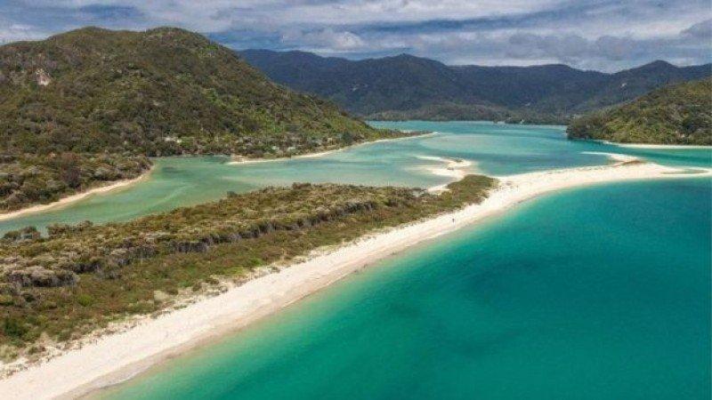 Imagen aérea de la playa Awaroa. Foto: realestate.co.nz