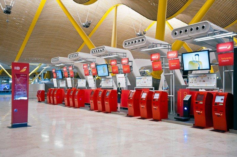 En España, Iberia ha implantado en el Aeropuerto de Madrid-Barajas el autoservicio para el check-in y la autofacturación de equipaje.
