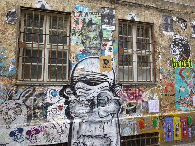Grafitis en el interior de unos antiguos talleres de Berlín.
