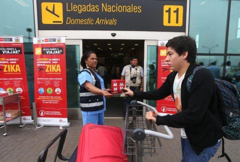 Controles en aeropuertos de Perú, uno de los únicos países sudamericanos libres de zika autóctono. Foto: Andina