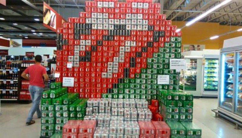 En supermercado de La Plata dibujaron la lengua Stone con latas de cerveza.