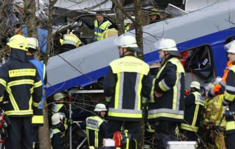 Aumenta a nueve el número de muertos en el choque frontal de trenes en Alemania (vídeo).