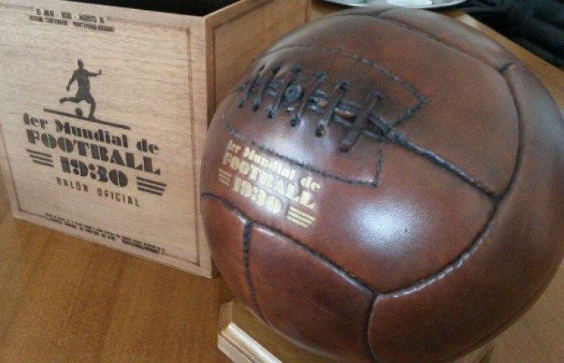 Réplica de la pelota del mundial de 1930 obsequiada a los miembros del grupo.
