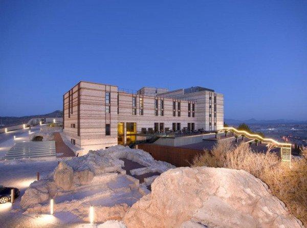 El único establecimiento hotelero ubicado en el caso histórico es el Parador, situado en el castillo de la localidad murciana.