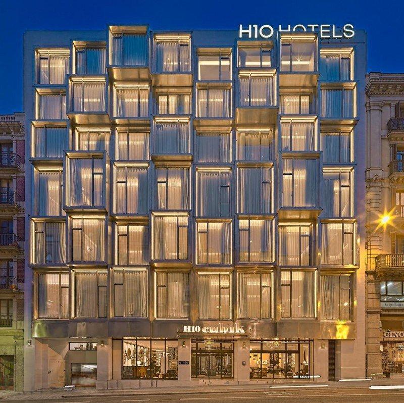 El edificio que alberga el H10 Cubik está inspirado en el estilo arquitectónico brutalista de mediados de siglo XX.
