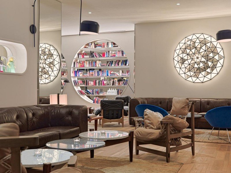El lobby ofrece múltiples rincones y distintas bibliotecas para que el huésped pueda relajarse.