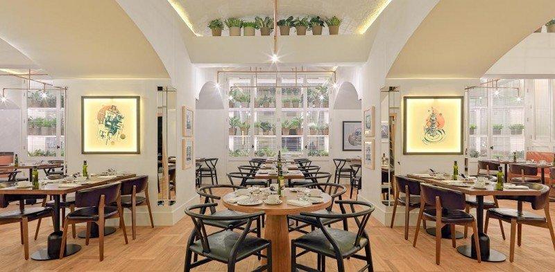 El restaurante Market ocupa un acogedor espacio lleno de vitrinas cubiertas por plantas.