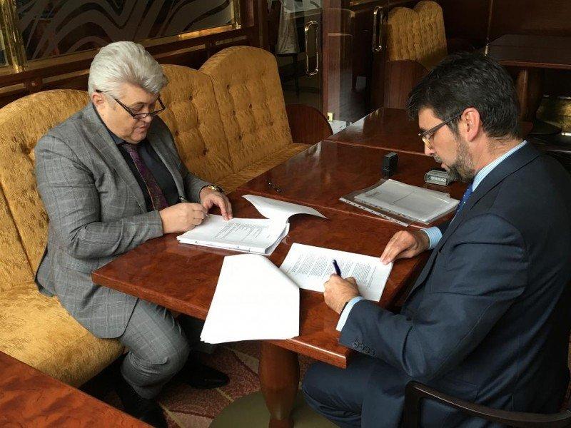 El acuerdo ha sido suscrito por el propietario del hotel, Oldrich Petracek, y el director de Área de Centro Europa de la cadena, José Ramón Álvarez-Cervela (dcha).