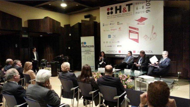 De izq. a dcha, Marián Muro, Diego Ramos, Joan Molas y Antonio Gil, en el debate sobre vivienda vacacional en el que participaron en el salón HyT.