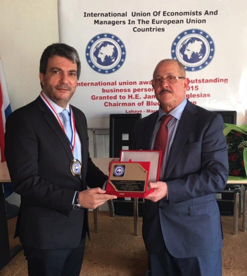 Jamal Satli Iglesias recibe la distinción del presidente de la IUEMEUC.