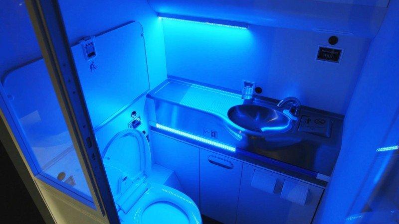 El baño autolimpiable utilizaría la luz ultravioleta (UV) para eliminar según Boeing el 99,99% de los gérmenes.