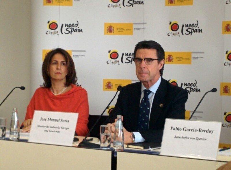 El ministro José Manuel Soria con la secretaria de Estado de Turismo, Isabel Borrego, ayer en la feria ITB de Berlín.