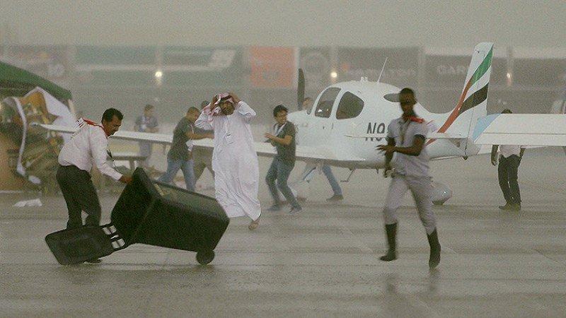 Lo que el viento se llevó: un temporal devasta el aeropuerto de Abu Dhabi (vídeos)