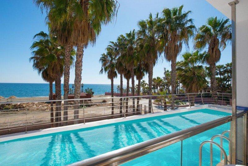 El nuevo hotel, en el que se han renovado las piscinas, se encuentra en primera línea de playa.